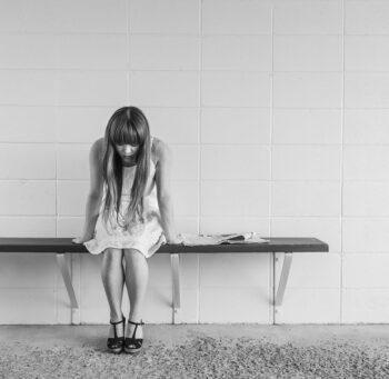 Zestresowana kobieta na ławce