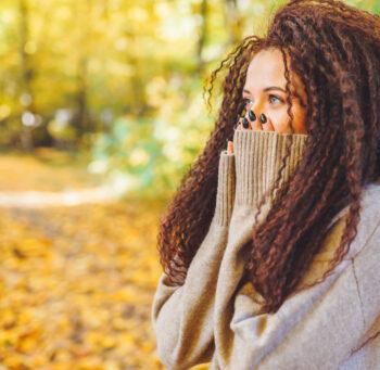 Młoda kobieta pośród żółtych, jesiennych liści